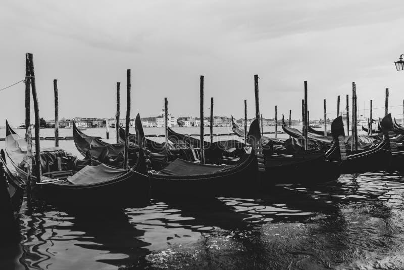 Черно-белая съемка гондол состыкованных в воде стоковые изображения rf