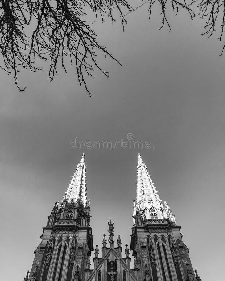 Черно-белая съемка собора St Nicholas римско-католического в Kyiv стоковые фото