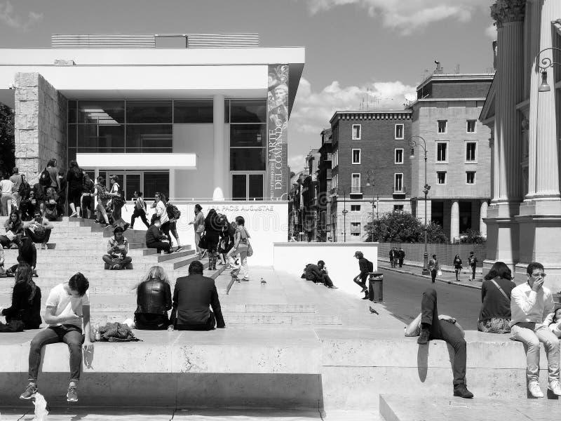 Черно-белая фотография Рим: Квадрат императора Augusto, здания и pacis Ara музей, люди, городской ландшафт стоковое фото