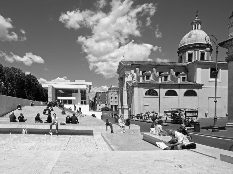 Черно-белая фотография Рим: Квадрат императора Augusto, церковь и pacis музей Ara, горизонт города с облаками и люди стоковое фото rf