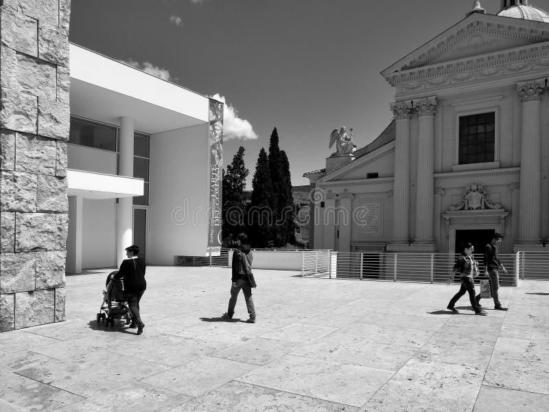 Черно-белая фотография Рим: Квадрат императора Augusto, церковь и pacis Ara музей, люди, женщина с pram стоковые фото