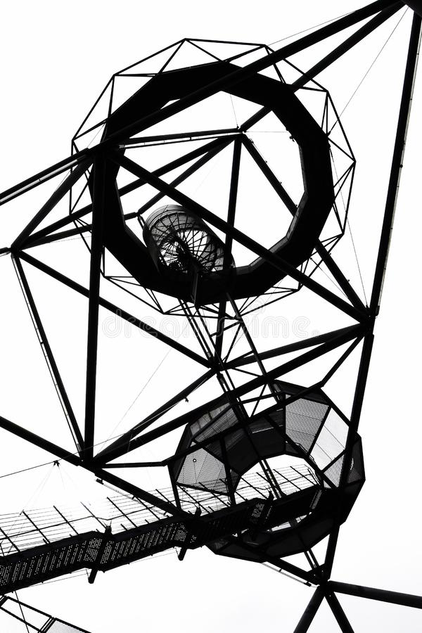 Черно-белая фотография тетратоэдра в Bottrop, Германии принятой снизу против неба стоковое изображение