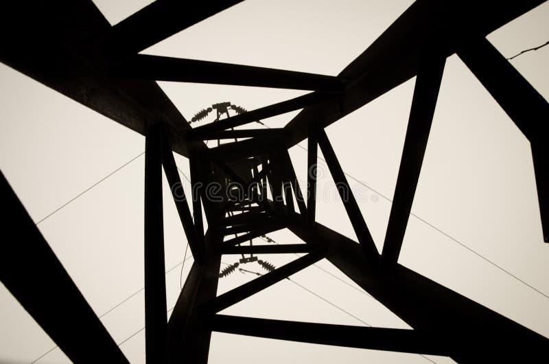 Черно-белая электрическая линия башня стоковые фото