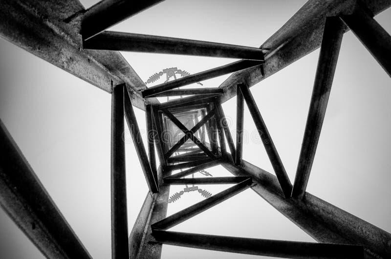 Черно-белая электрическая линия башня стоковая фотография
