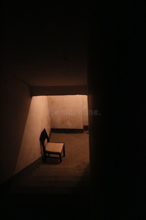 Черно-белое деревянное кресло возле лестницы Бесплатное  из Общественного Достояния Cc0 Изображение