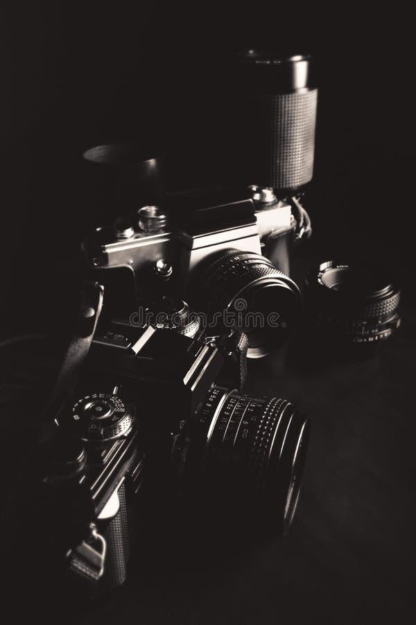 Черно-белое изображение винтажных камер и объективов стоковые фотографии rf