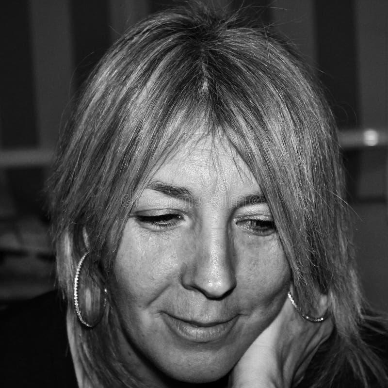 черно-белое фото женщины читая славно стоковые фото