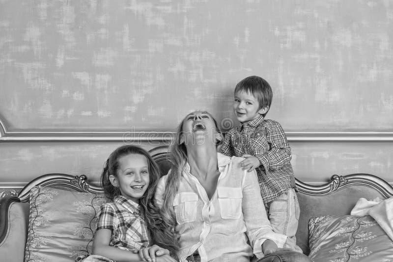 Черно-белое фото, семья, счастливая, день ` s матери, день семьи, стоковые изображения