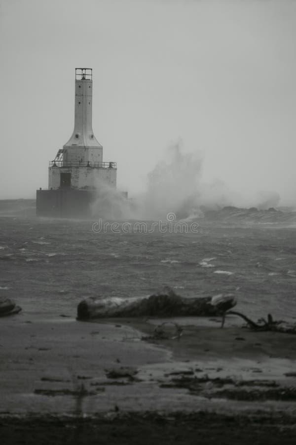 Черно-белое Lighthuse в шторме стоковое фото