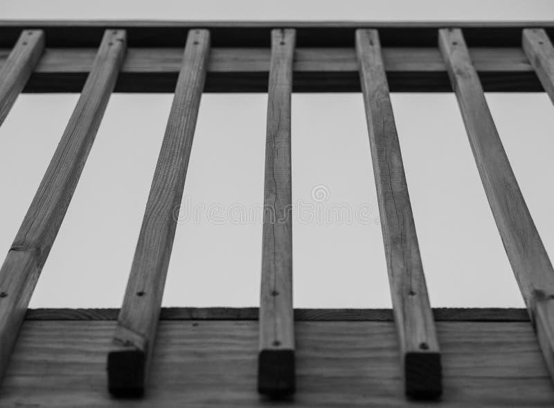 Черно-белые деревянные столбы и перила палубы стоковое фото rf