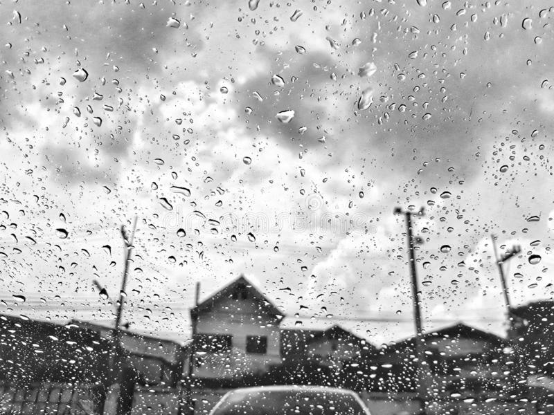 Черно-белые изображения, небо overcast, дождливая, страшная атмосфера, сезон дождей стоковые фото