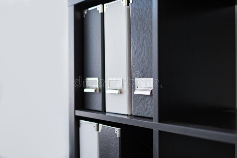 Черно-белые связыватели Картотеки в офисе Документы папки файла Интерьер, концепция офиса стоковые фотографии rf