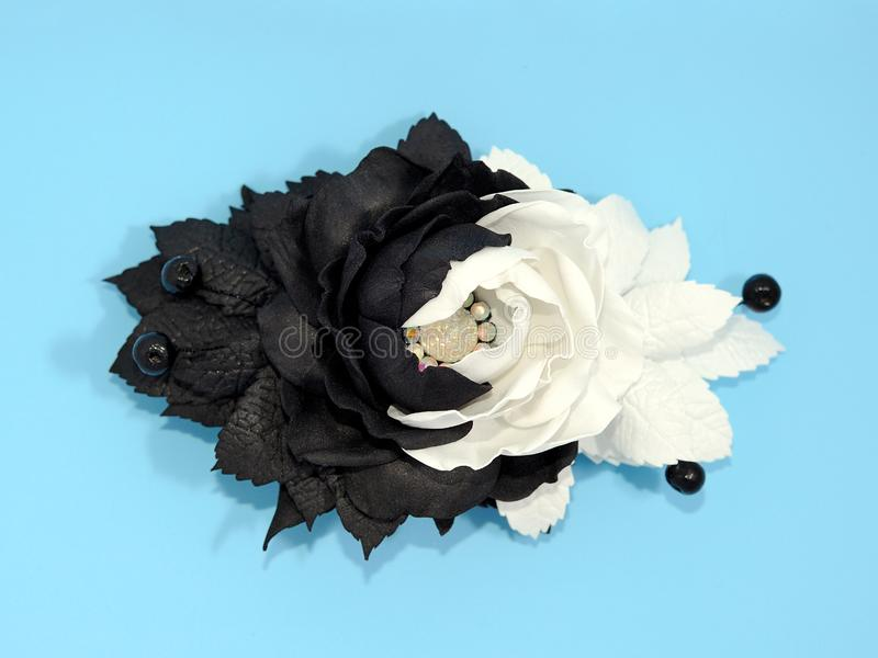 Черно-белые цветки kanzash на голубой предпосылке стоковая фотография