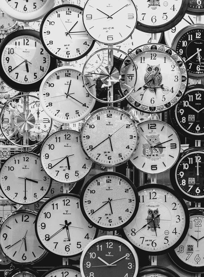 Черно-белые часы стоковые изображения