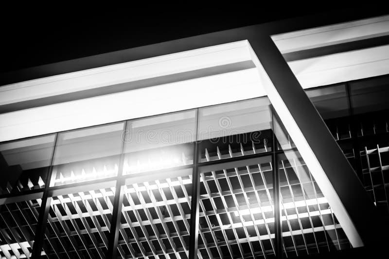 Черно-белый внутренний взгляд красивого современного нового строения офиса стоковые фото