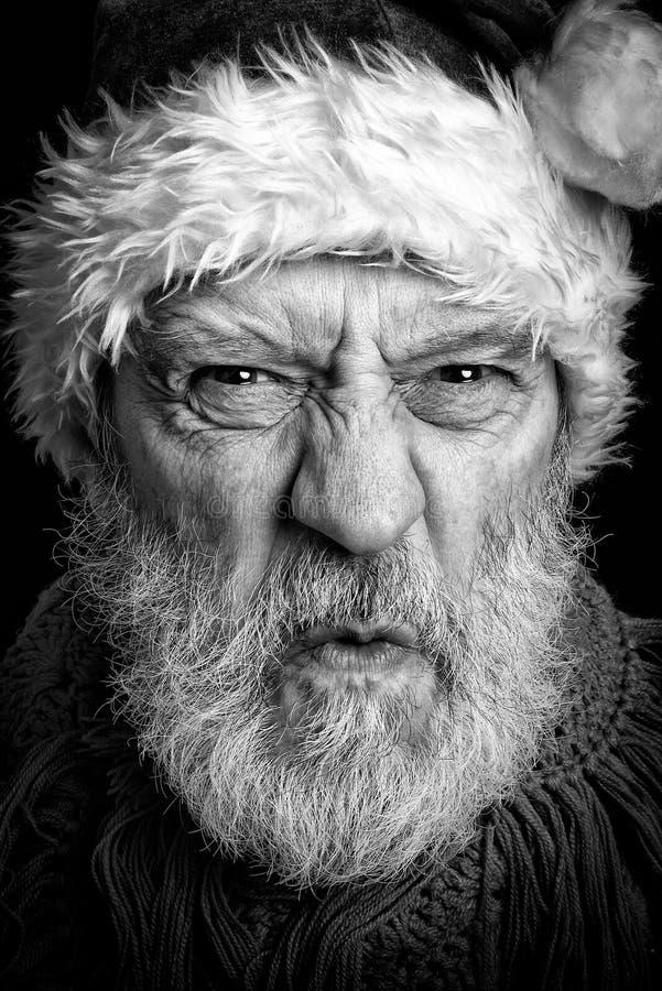 Черно-белый портрет взрослого человека замаскированного в Санта Клаусе стоковое фото