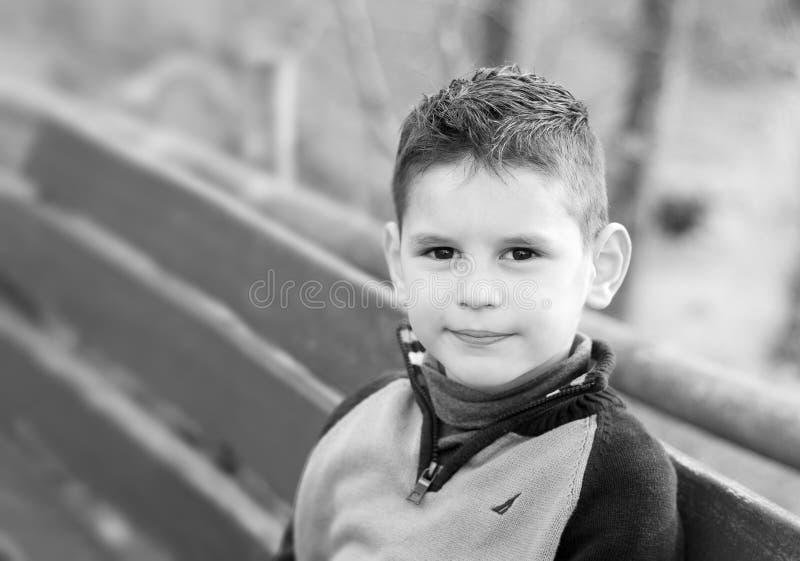 Черно-белый портрет красивого мальчика Милый мальчик стоковое фото rf