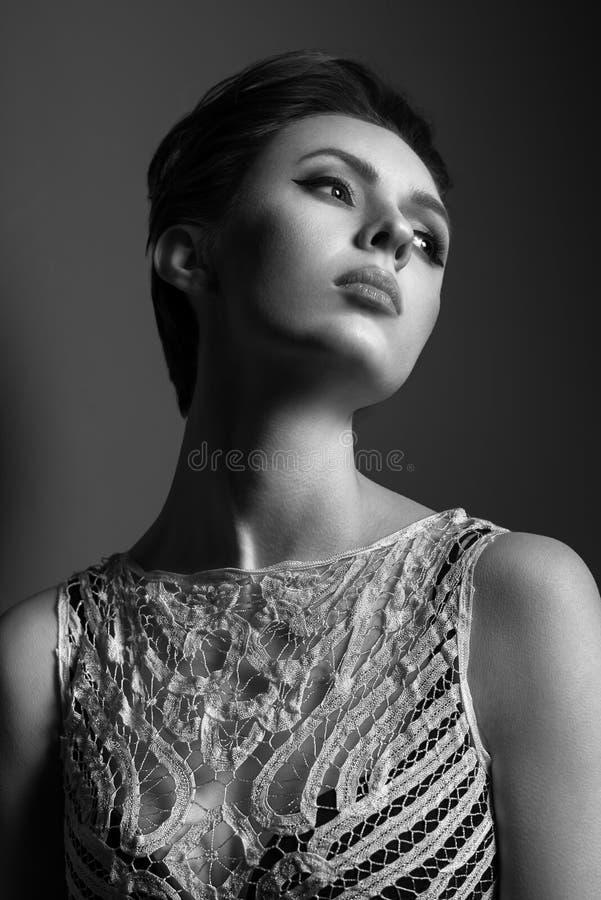Черно-белый портрет красивой женщины с стильной стрижкой стоковое изображение