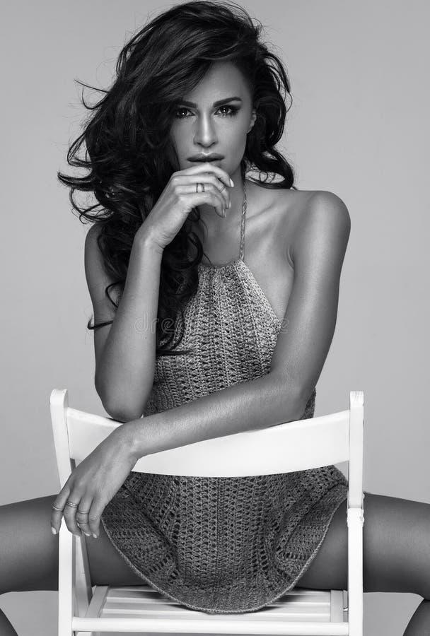 Черно-белый портрет моды сексуальной женщины стоковые фото