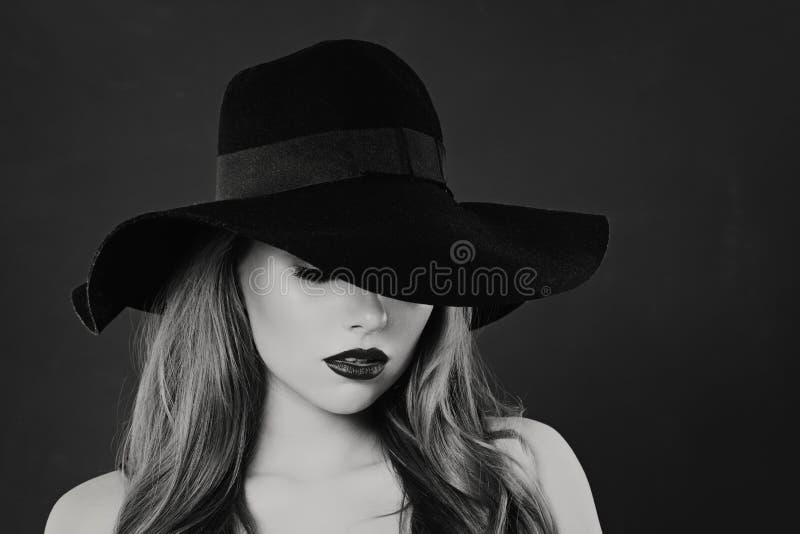 Черно-белый портрет чувственной модели женщины в классической шляпе стоковая фотография