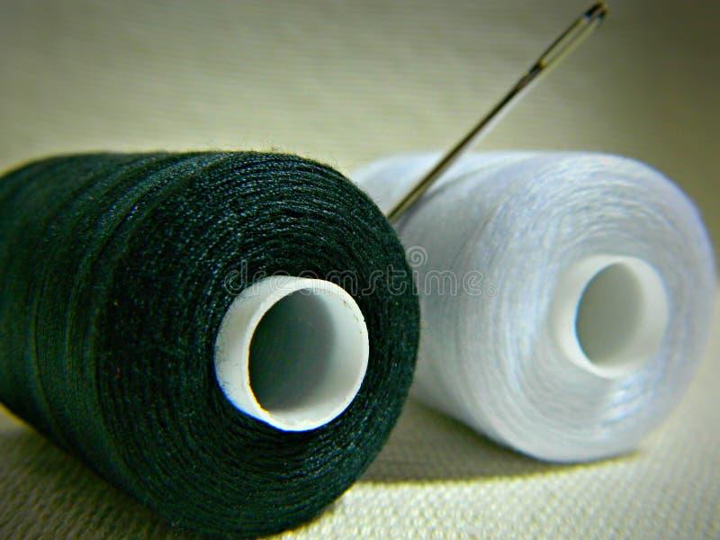Черно-белый поток с шить иглой стоковые фото