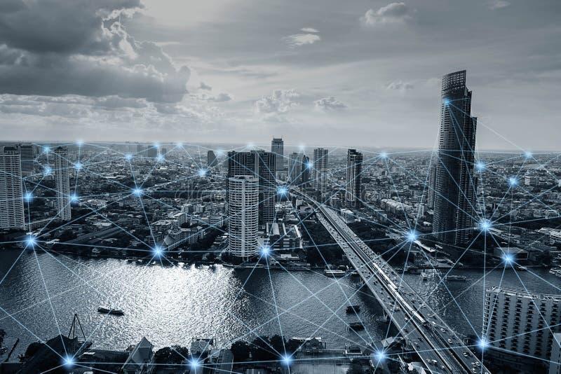 Черно-белый умный город с сетевыми подключениями стоковое изображение