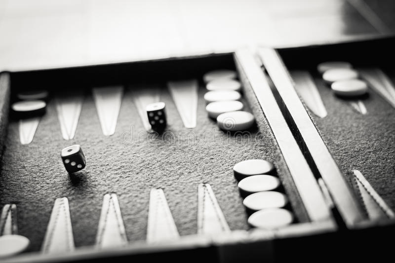 Черно-белая опрокинутая кость стоковое фото