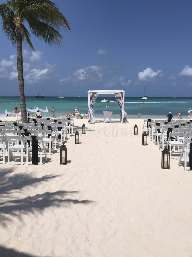 Черно-белая свадьба на пляже стоковые фото