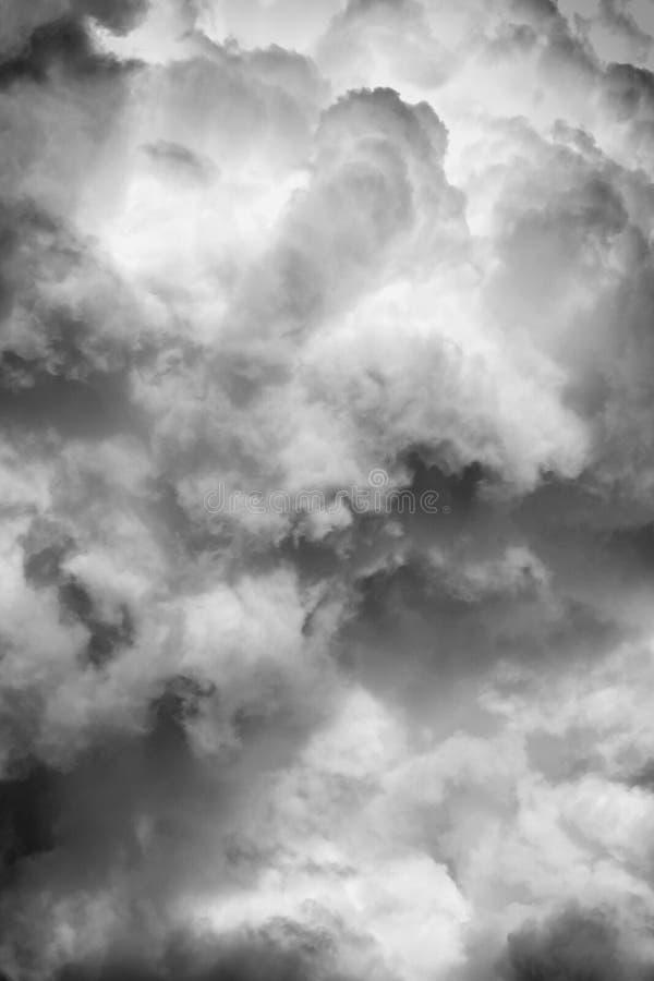 Черно-белая текстура облаков на темном конспекте предпосылки неба стоковая фотография rf