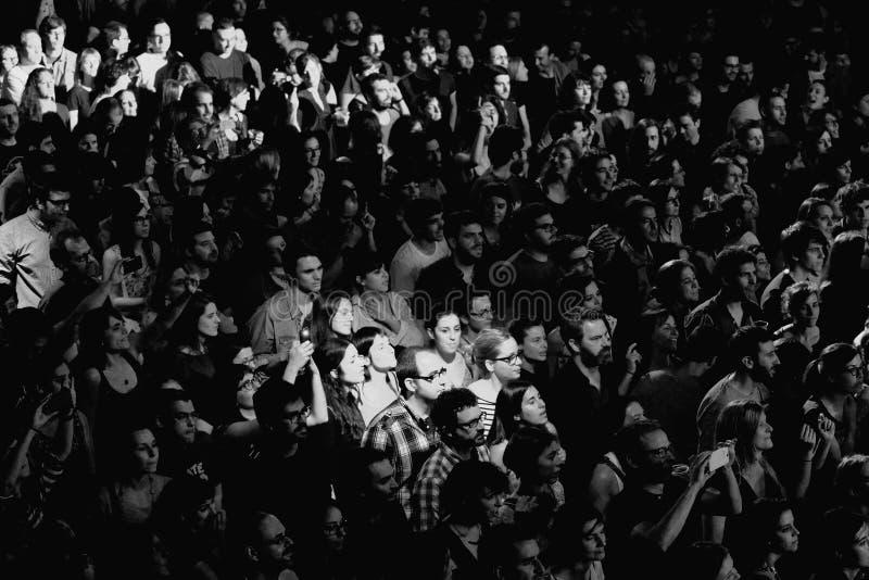 Черно-белое изображение толпы на Razzmatazz бьет стоковые фото