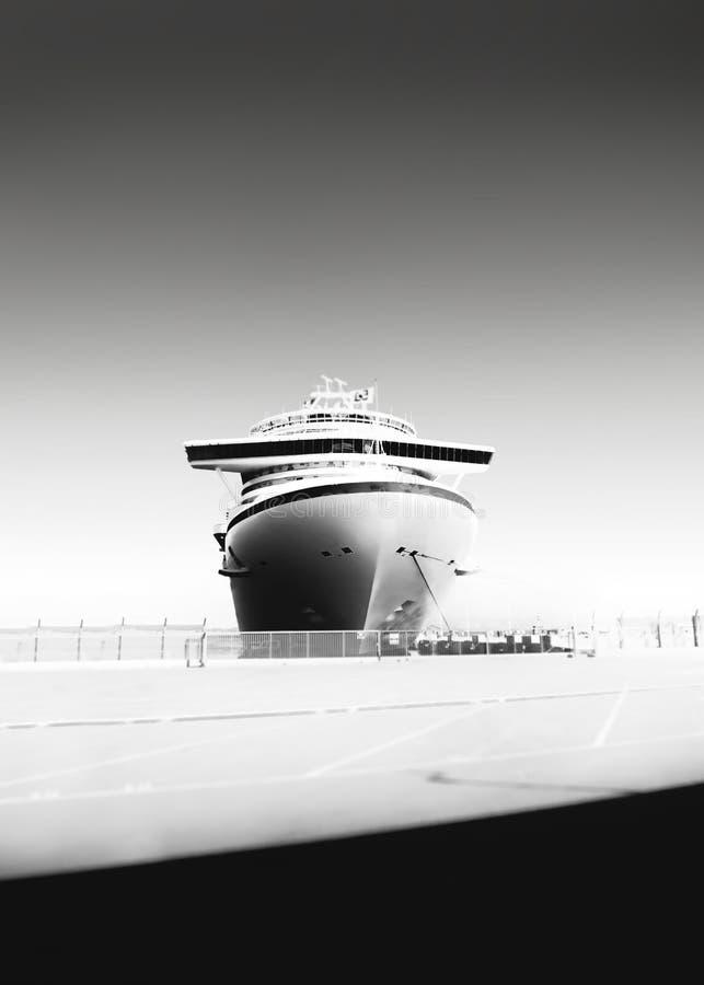 Черно-белое фото туристического судна на порте стоковые фотографии rf