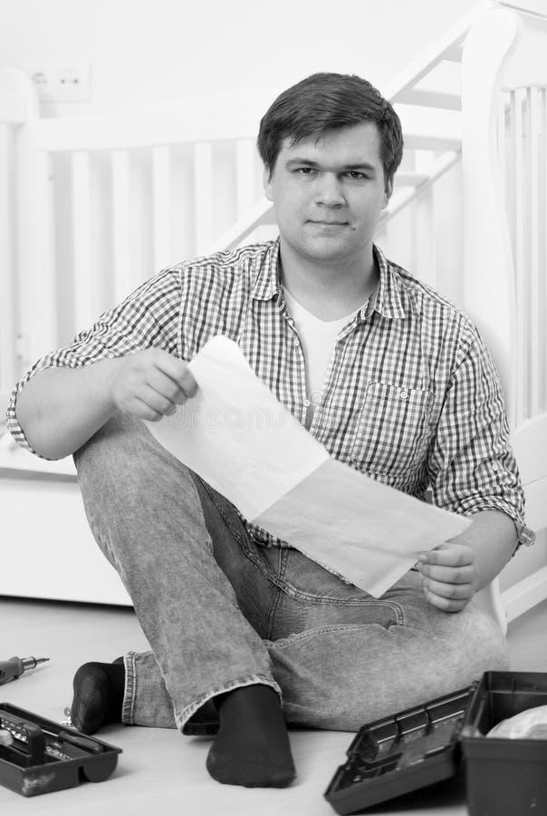 Черно-белое фото человека озадачено с собирая ` s b младенца стоковая фотография rf