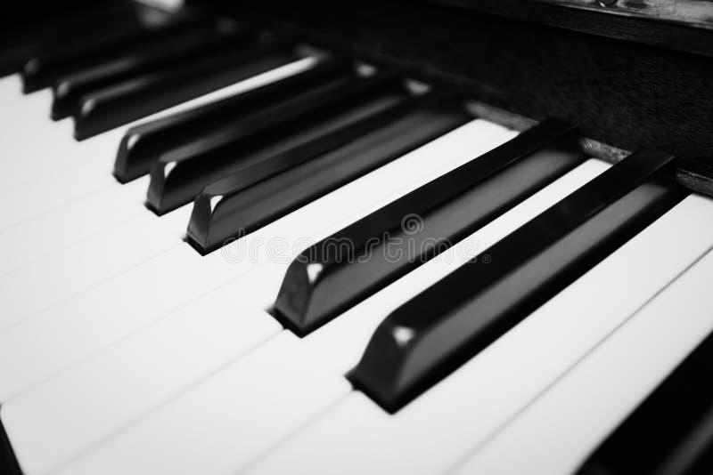 Черно-белые ключи рояля - близкие вверх в черно-белом стоковая фотография