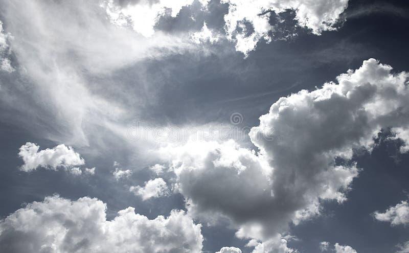 Черно-белые облака неба стоковые изображения rf