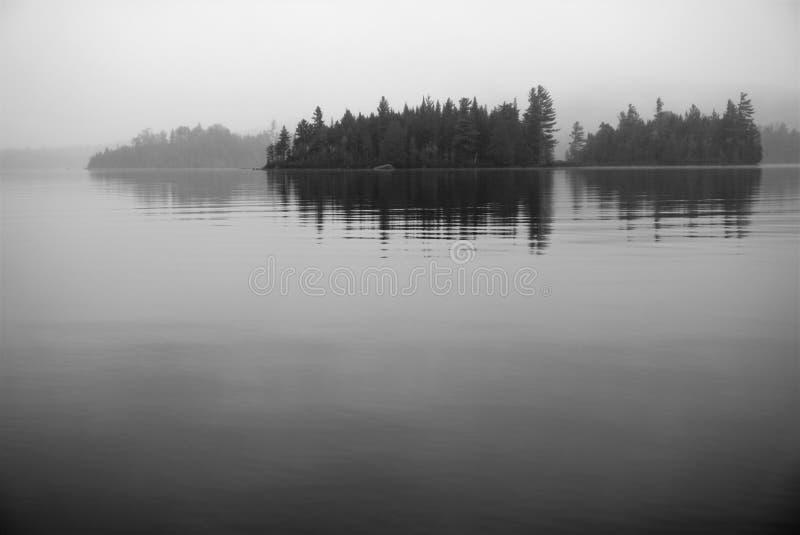 Черно-белые острова в неподвижном озере стоковое изображение rf