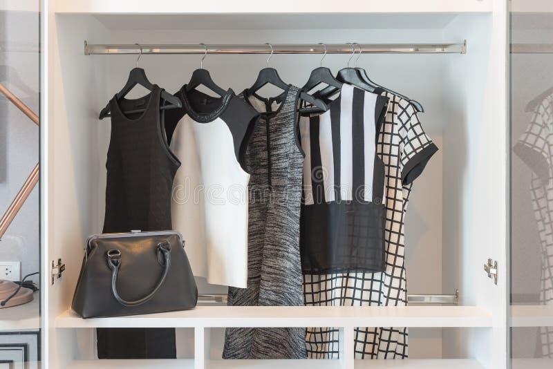 черно-белый висеть одежд стоковое фото