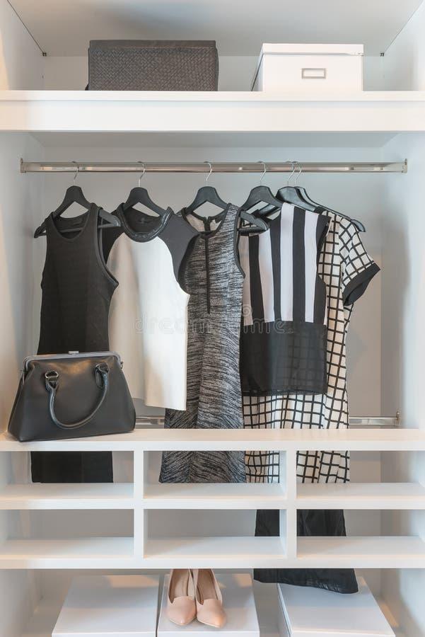 черно-белый висеть одежд стоковые изображения