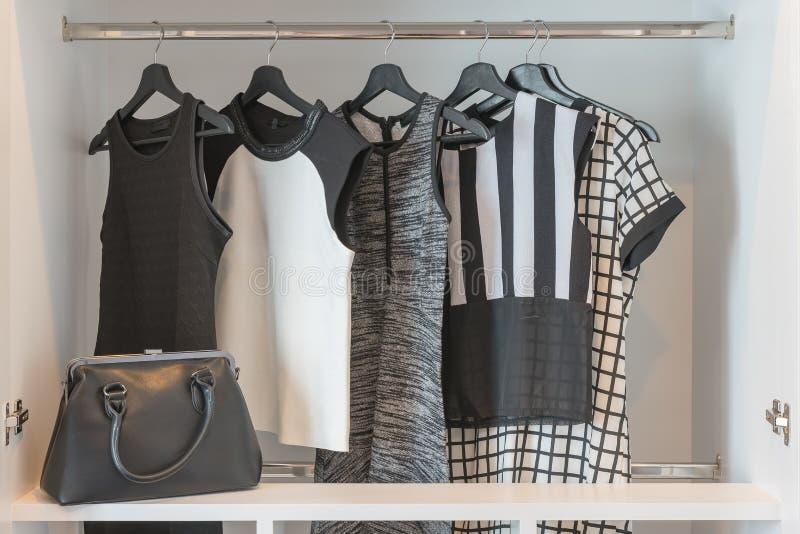 черно-белый висеть одежд стоковые фотографии rf
