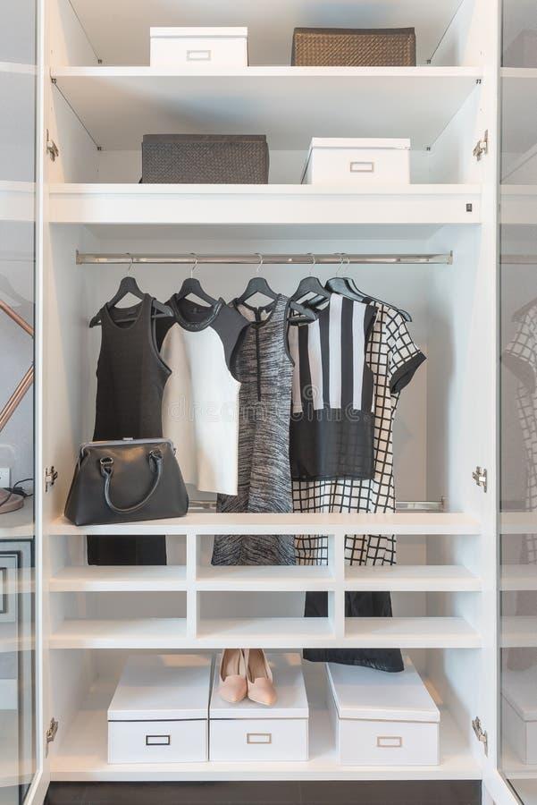 черно-белый висеть одежд стоковая фотография