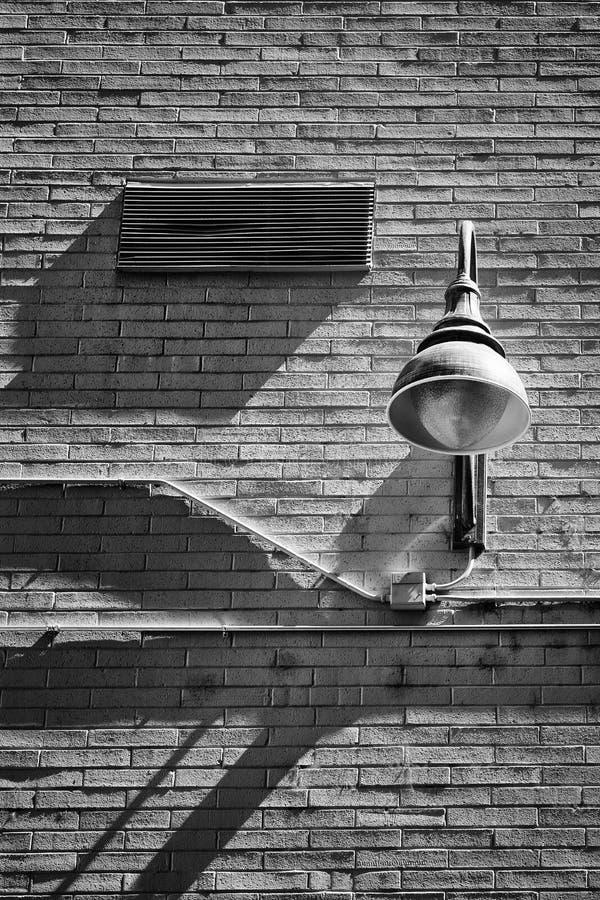 Черно-белый - кирпичная стена и светильник стоковая фотография