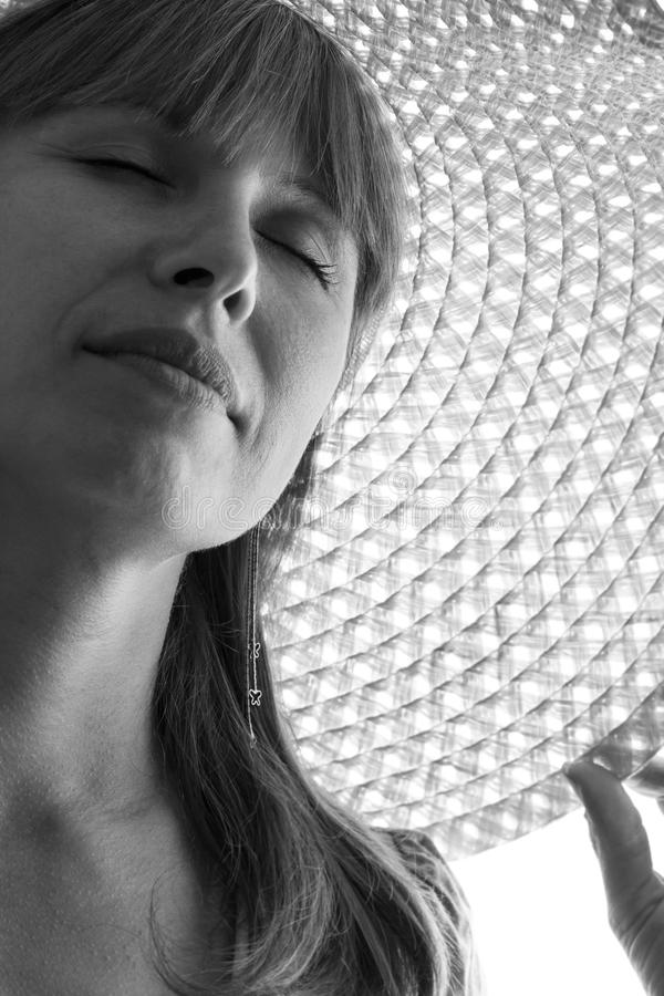 Черно-белый портрет женщины в шляпе лета стоковая фотография