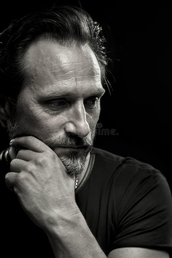 Черно-белый портрет заботливого зрелого человека стоковое фото