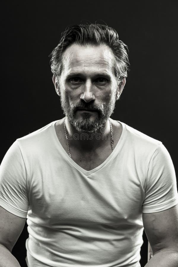 Черно-белый портрет зверского beardy человека стоковые изображения rf