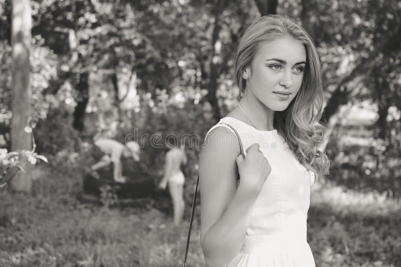 Черно-белый портрет красивых белокурых детенышей стоковые фото