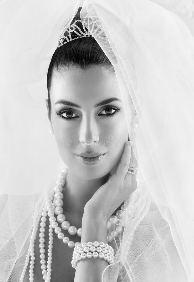 Черно-белый портрет молодой невесты стоковые изображения
