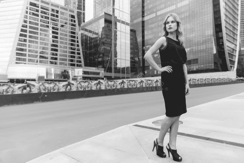 Черно-белый портрет роста бизнес-леди полностью стоковые фото
