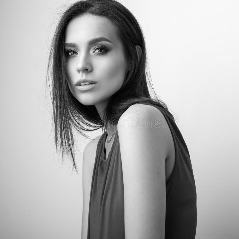 Черно-белый портрет студии красивой молодой женщины брюнет стоковая фотография rf
