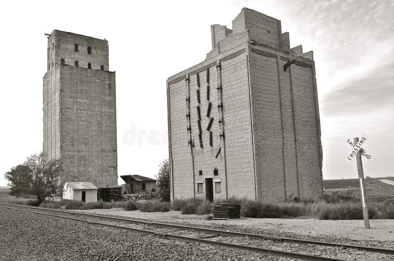 Черно-белый: Устарелым старым политые бетоном лифты зерна стоковые фотографии rf