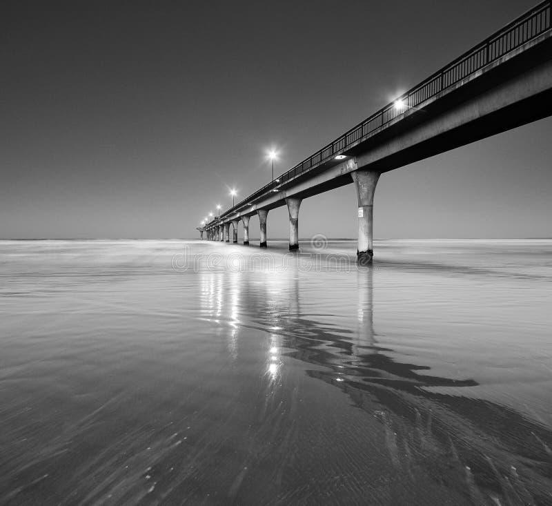 Черно-белый Seascape и пристань в новом пляже Брайтона стоковая фотография