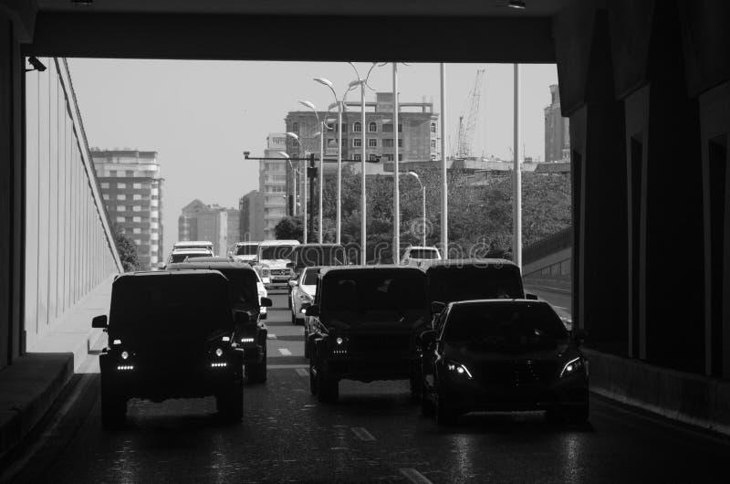 Черные автомобили на городе дороги, черном белом фото стоковые изображения rf